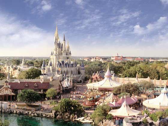 行程:早餐后,开始一天的奇幻之旅。奥兰多号称是世界上最快乐的城市,整个城市就像是一个巨大的主题乐园,今天全球最大主题乐园迪士尼世界及全球最大环球影城您可任选其一: 迪士尼神奇王国:在这里,每天都有经典的迪士尼奇妙幻想和层出不穷的惊喜等待着您。您可以亲眼见到无数您喜爱的迪士尼成员,还有广受欢迎的加勒比海盗杰克船长,跟他的海盗朋友展开一段难忘的惊险旅程;或是追随唐老鸭疯狂嬉闹的步伐,进入3D米奇幻想曲,回味迪士尼的经典记忆欣赏全世界最为欢快的大游行 佛罗里达环球影城:整个公园给人以好莱坞外景地的感觉,在这里各